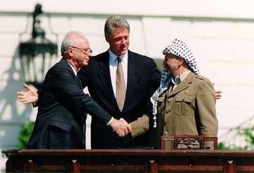 Bill_Clinton,_Yitzhak_Rabin,_Yasser_Arafat_at_the_White_House_1993-09-13.jpg